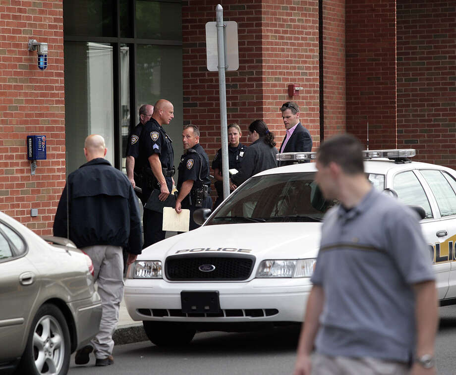 Peter Casolino 09/10/09 New Haven Register — Yale Police and other investigators, including members of the FBI, on scene outside 10 Amistad where a Yale graduate student disappeared in 2009.  Photo -Peter Casolino