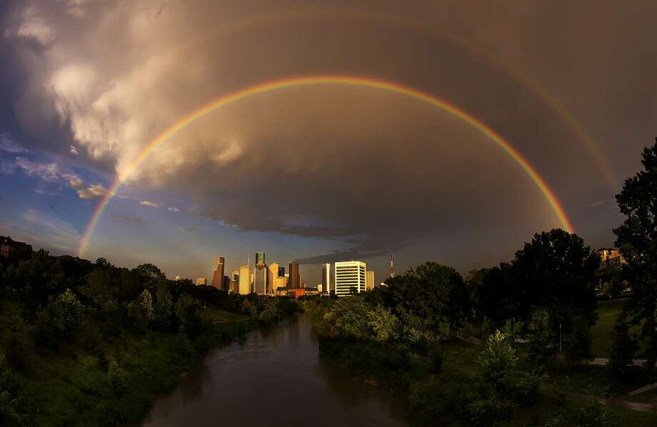 What are some of the cons to living in Houston? The weather (from the heat and humidity to hurricanes) and public transportation are not positives, according to World According To Briggs.  >>> Scroll through to see the Top 10 reasons not to move to Houston.  Photo: Michael Ciaglo, Houston Chronicle