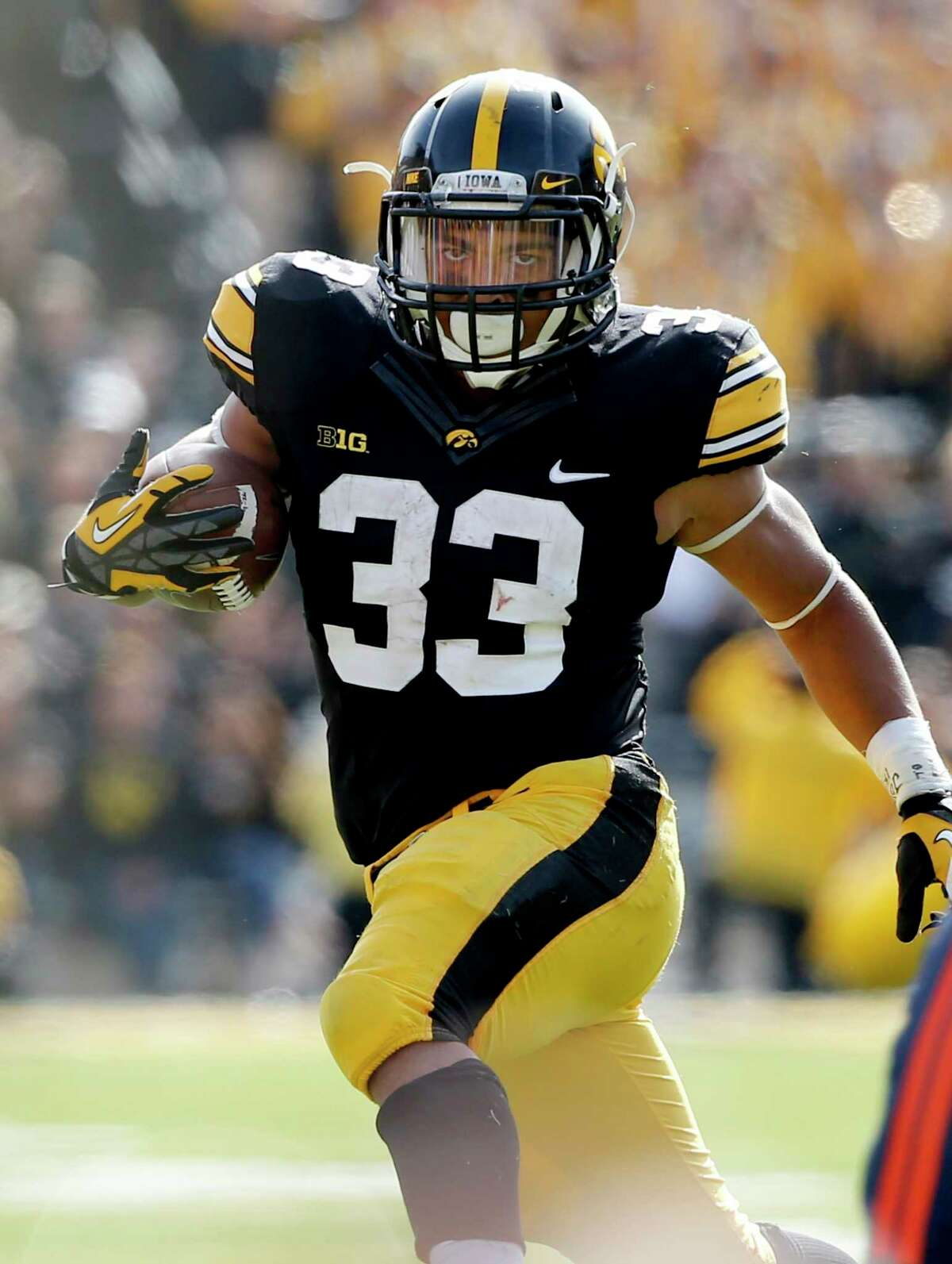 IOWA CITY, IA - OCTOBER 10: Running back Jordan Canzeri #33 of the Iowa Hawkeyes rushes for yards in the second half of play against Illinois Fighting Illini at Kinnick Stadium on October 10, 2015 in Iowa City, Iowa. Canzeri carried the ball 43 times for 256 yards. Iowa defeated Illinois 29-20. (Photo by David Purdy/Getty Images). ORG XMIT: 571408585