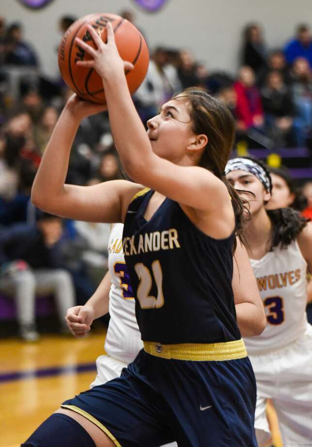 Sheyla Cardenas had 12 points as Alexander dropped its opening game at home 60-54 to CC Carroll. It was the first time the Lady Bulldogs were on the court since their Elite 8 appearance in 2017-18. Photo: Danny Zaragoza /Laredo Morning Times File