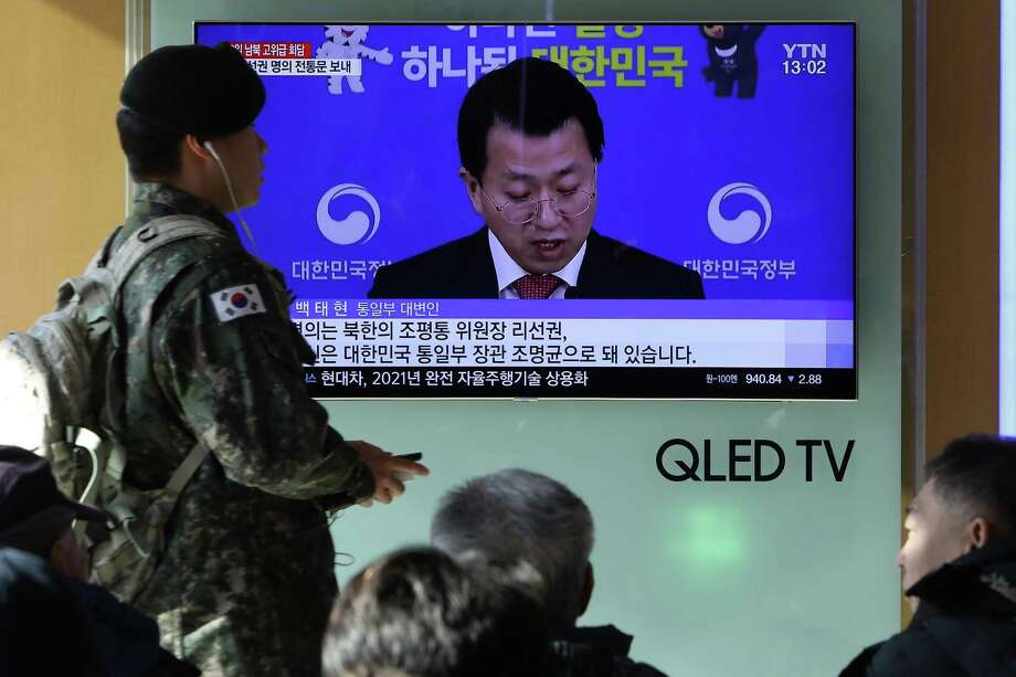 People watch a television broadcast, reporting South and North Korea agree to hold talks, at the Seoul Railway Station on Thursday. Photo: Chung Sung-Jun /Getty Images / 2018 Getty Images
