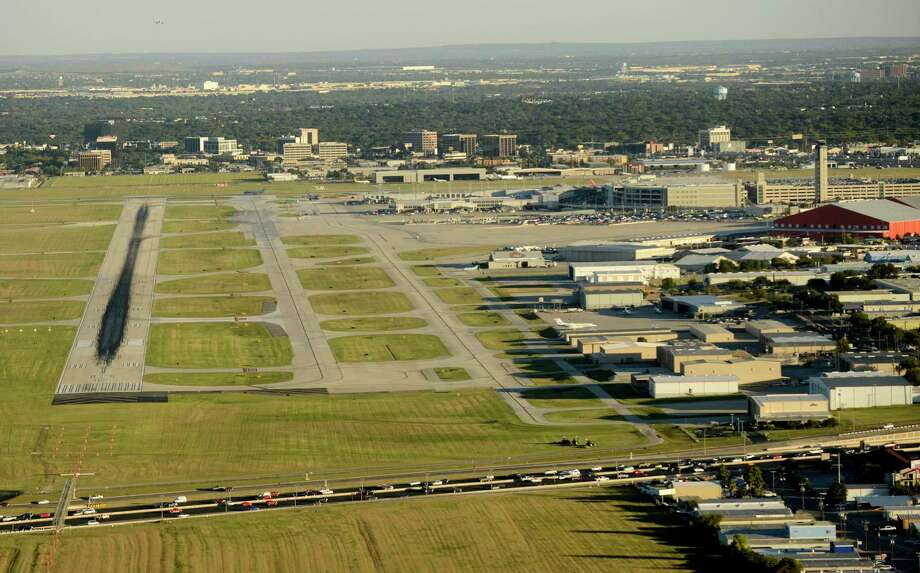 The Federal Aviation Administration will give San Antonio officials $4.6 million to build a new taxiway at San Antonio International Airport, the federal agency said Tuesday. Photo: Express-News File Photo