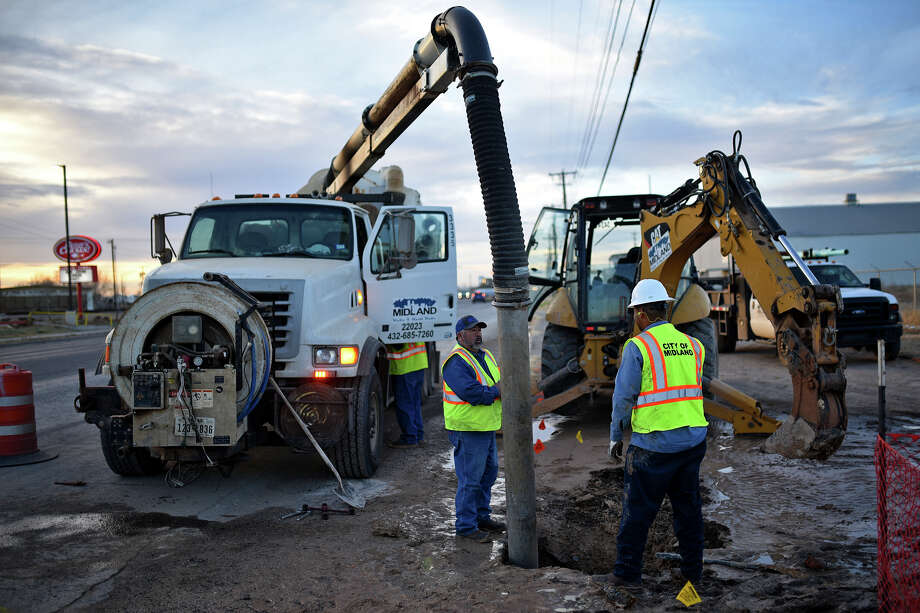 City of Midland employees work to repair a break in a four inch water line near the intersection of Garden City Highway and Fairgrounds Rd on Jan. 9, 2018. James Durbin/Reporter-Telegram Photo: James Durbin