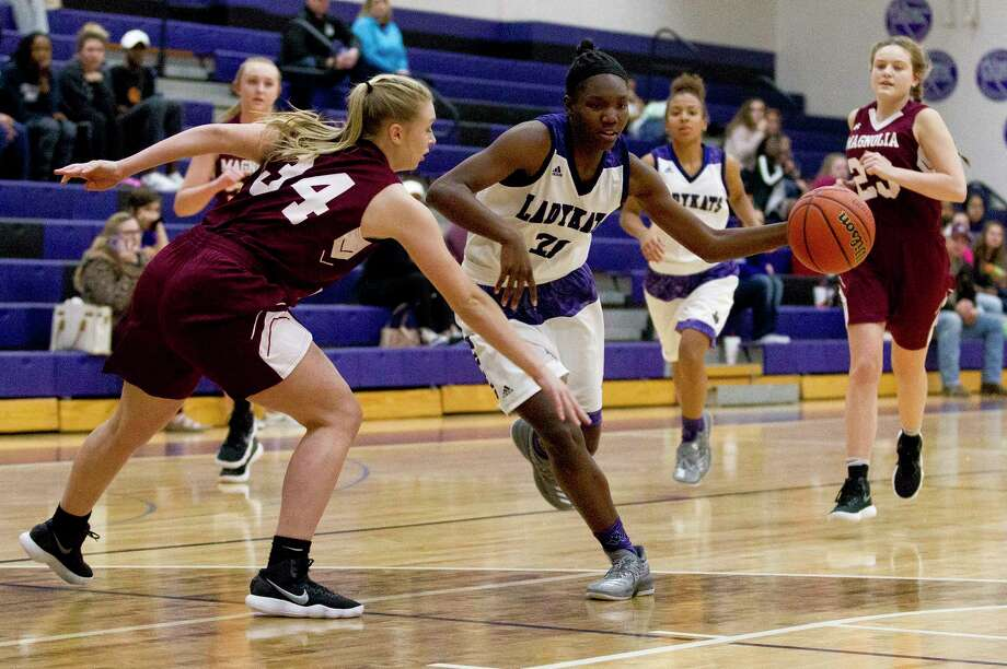 Willis' De'Janae Gilmore (21) gets past Magnolia's Sophia Christiansen (34) during the first quarter of a District 20-5A high school girls basketball game at Willis High School, Tuesday, Jan. 9, 2018, in Willis. Photo: Jason Fochtman, Staff Photographer / © 2017 Houston Chronicle