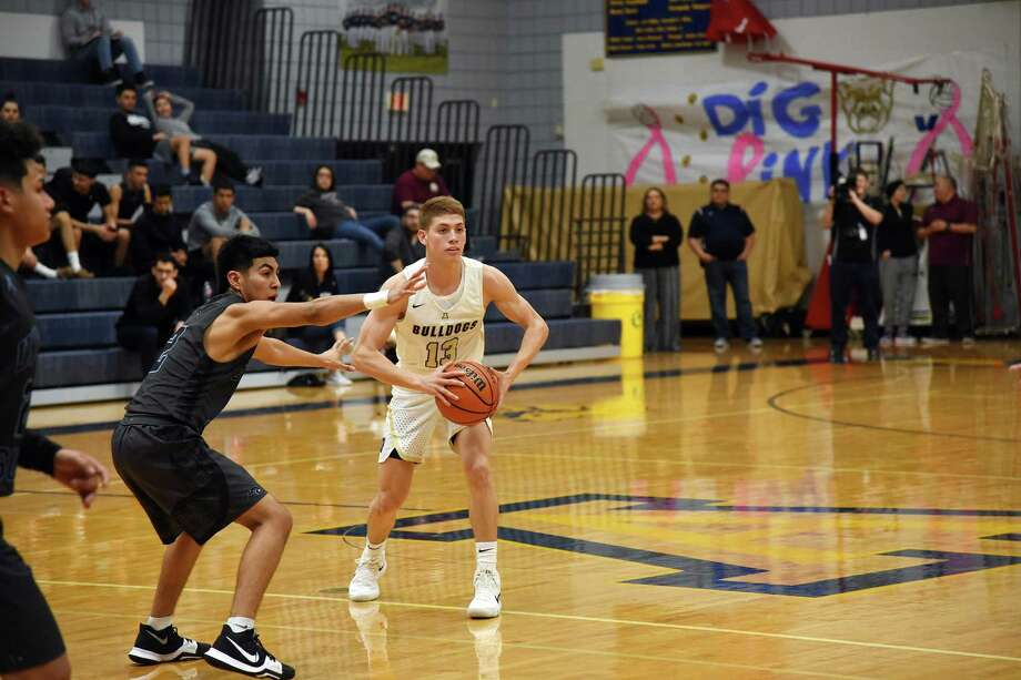 Memo Salinas and Alexander opened the fourth quarter on a 13-1 run and held on Tuesday to beat United South 78-75 and stay unbeaten in district play. Photo: Christian Alejandro Ocampo /Laredo Morning Times / Laredo Morning Times