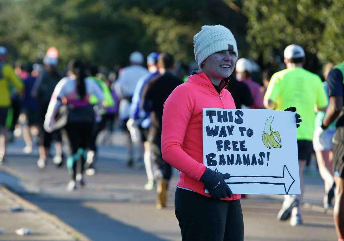 Spectators cheer on runners taking part in the Chevron Houston Marathon, Sunday, Jan. 17, 2016, in Houston. ( Mark Mulligan / Houston Chronicle )