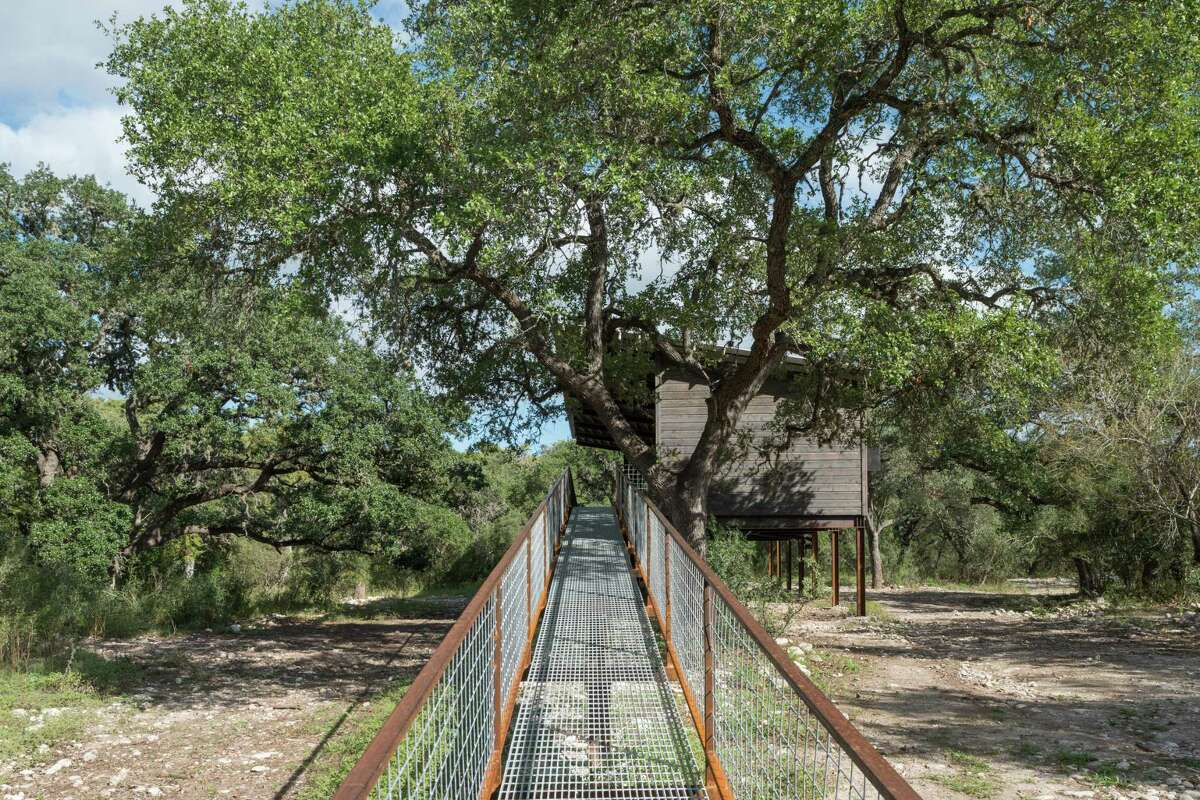 Built in the flood plain of the Sabinal River, the cabin sits on steel I-beams and is connected to the ground by an 80-foot ramp constructed of wire mesh on a steel frame.