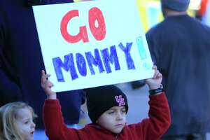 "A young spectator holds a ""Go Mommy!"" sign during the Chevron Houston Marathon, Sunday, Jan. 17, 2016, in Houston. ( Mark Mulligan / Houston Chronicle )"