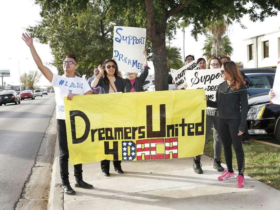 ARCHIVO —Dreamers locales y miembros de Laredo Immigrant Alliance participaron en un rally frente a la oficina de Henry Cuéllar, en 2018. Photo: Cuate Santos /Laredo Morning Times / Laredo Morning Times