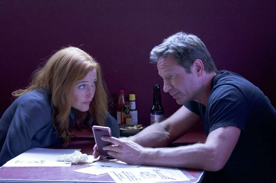 """Gillian Anderson and David Duchovny in an episode of the Fox series, """"The X-Files."""" Photo: Shane Harvey, Fox / New York Daily News"""