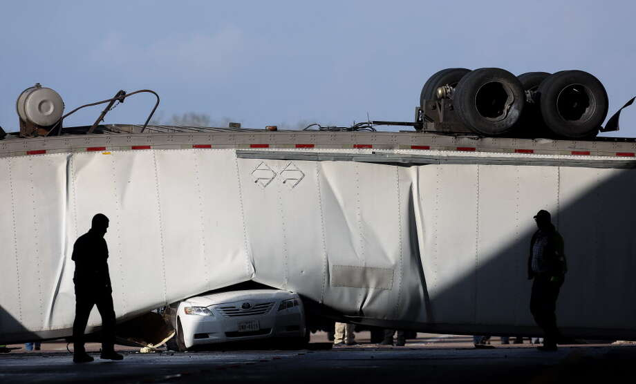 Authorities responded to a scene where an 18-wheeler was overturned on University Boulevard, after it drive off the southbound U.S. 69 Highway Thursday, Jan. 11, 2018, in Sugar Land, Texas. Photo: Godofredo A. Vasquez, Houston Chronicle