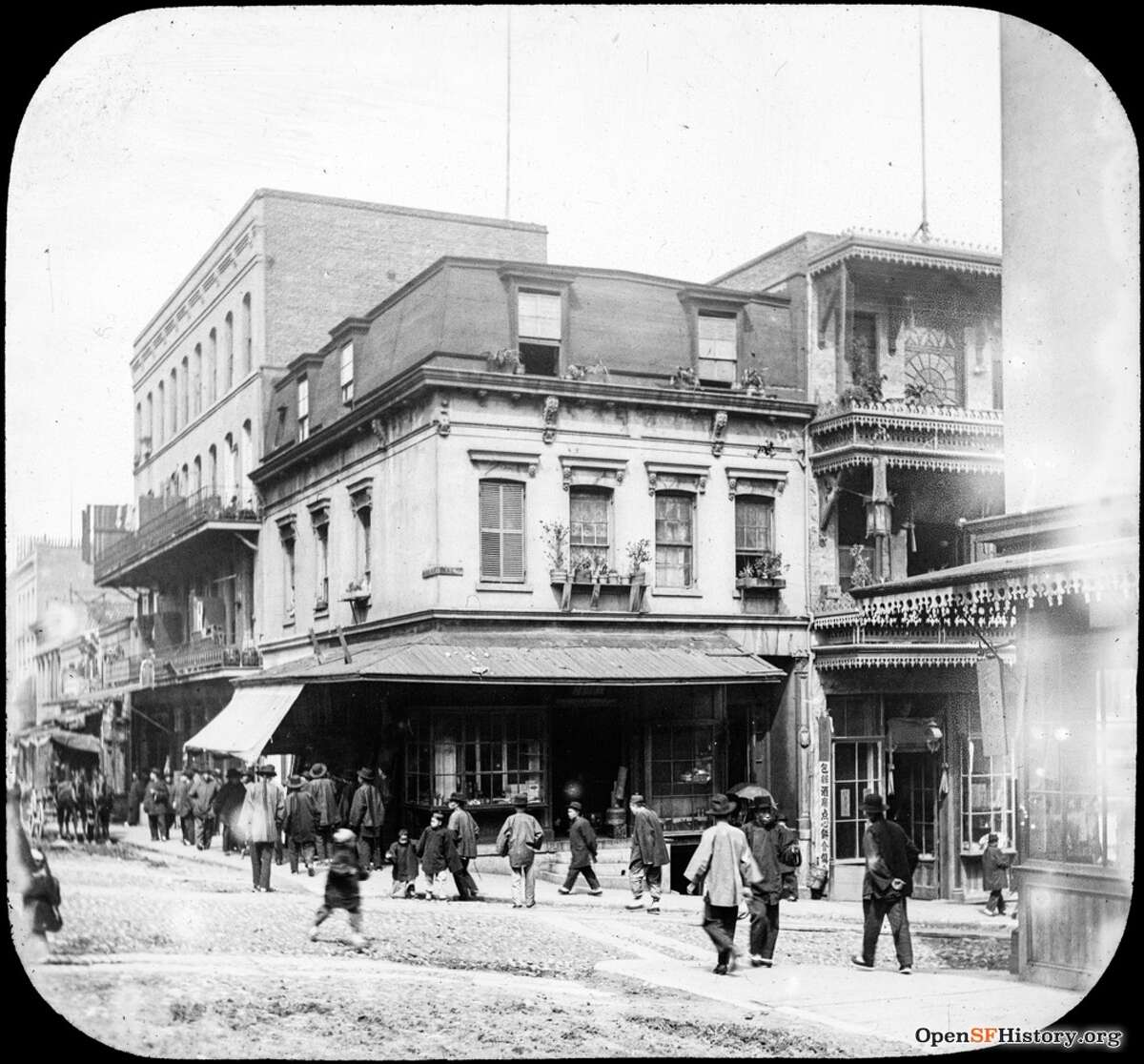 Clay St. and Waverly Place in 1900 Chinatown, view to northeast corner. Courtesy of OpenSFHistory.