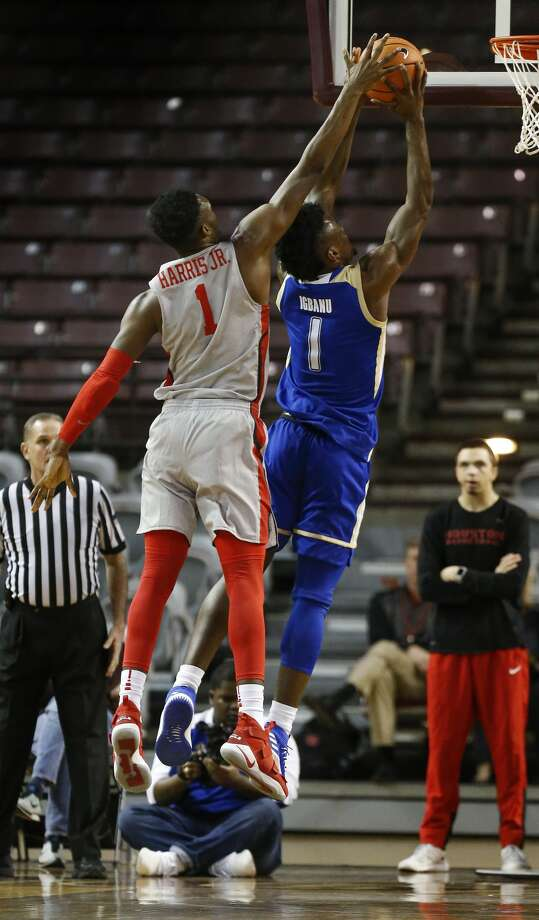 Houston center Chris Harris Jr. (1) blocks a shot by Tulsa forward Martins Igbanu (1) during first-half action at H&PE Arena, TSU Campus Thursday, Jan. 11, 2018, in Houston. ( Steve Gonzales / Houston Chronicle ) Photo: Steve Gonzales/Houston Chronicle