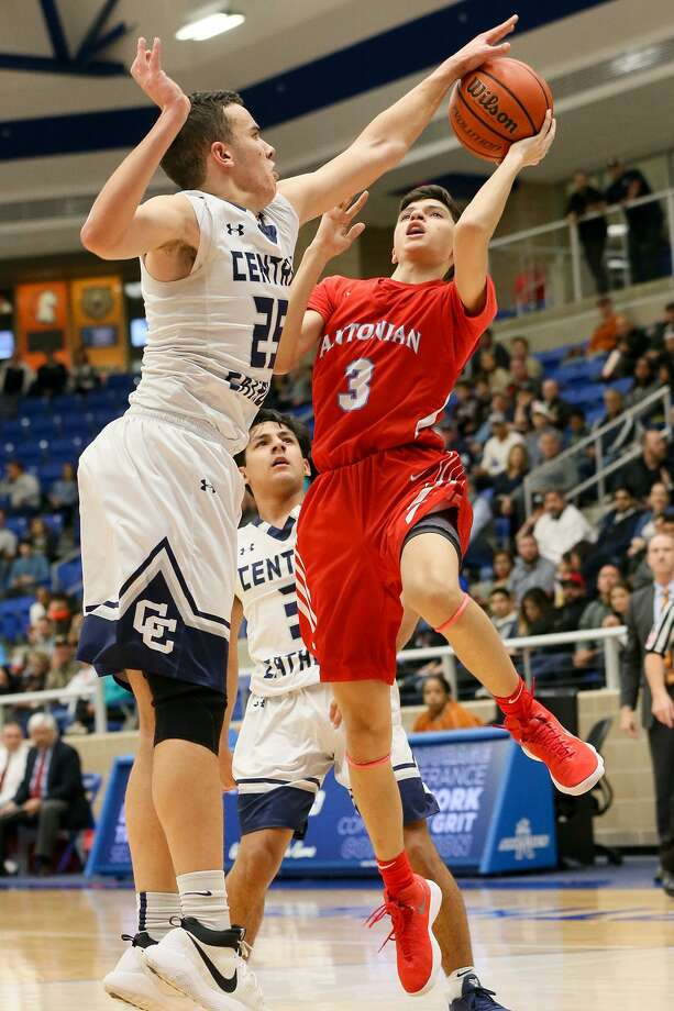 Antonian's Gavino Ramos (right) tries to shoot over Central Catholic's Alex Conrad during  the first half of their TAPPS 2-6A high school boys basketball game at Northsids ISD gym on Thursday, Jan. 11, 2018.  MARVIN PFEIFFER/mpfeiffer@express-news.net Photo: Marvin Pfeiffer, Staff / San Antonio Express-News / Express-News 2018