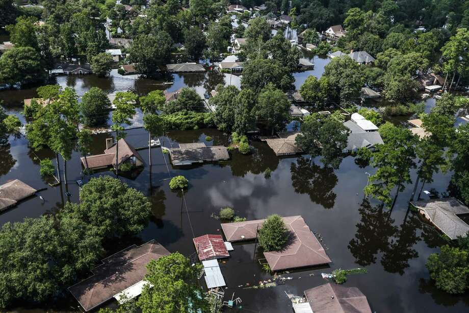Homes in Vidor are submerged by Harvey floodwaters in this September photo. People displaced by Hurricane Harvey and still living in hotels or other temporary housing can stay through mid-March, Gov. Greg Abbott announced Friday. Photo: Brett Coomer /Houston Chronicle / © 2017 Houston Chronicle