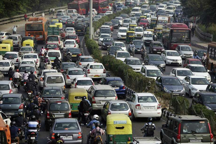 Traffic moves along a highway during morning rush hour in Delhi, India, on Oct. 29, 2015. Photo: Bloomberg Photo By Kuni Takahashi. / © 2017 Bloomberg Finance LP