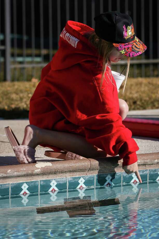 A participant tests the water before the 5th Annual Polar Plunge on Saturday, Jan. 13, 2018, at the City of Shenandoah pool. Photo: Michael Minasi, Staff Photographer / © 2017 Houston Chronicle