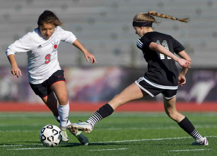 Porter's Bety Hernandez (9) dribbles the ball past a Vidor defender during the second period of a match against Vidor during the Kat Cup soccer tournament at Berton A. Yates Stadium, Saturday, Jan. 13, 2018. Photo: Jason Fochtman, Staff Photographer / © 2018 Houston Chronicle