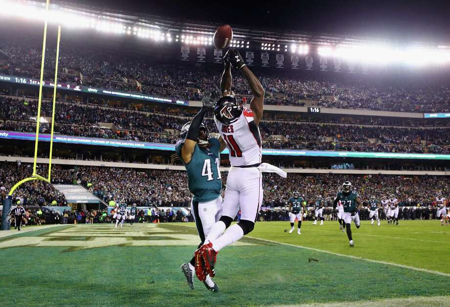 PHILADELPHIA, PA - JANUARY 13: Wide receiver Julio Jones #11 of the Atlanta Falcons attempts to make a catch against cornerback Ronald Darby #41 of the Philadelphia Eagles during the fourth quarter in the NFC Divisional Playoff game at Lincoln Financial Field on January 13, 2018 in Philadelphia, Pennsylvania.  (Photo by Al Bello/Getty Images) Photo: Al Bello / 2018 Getty Images