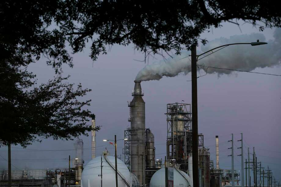 Toxic emissions from a Valero refinery in Houston's Manchester neighborhood during Hurricane Harvey included 1,900 pounds of benzene, a volatile component of crude oil know to cause cancer. Manchester has more than 4,000 residents. Photo: Yi-Chin Lee, Staff / © 2017 Houston Chronicle