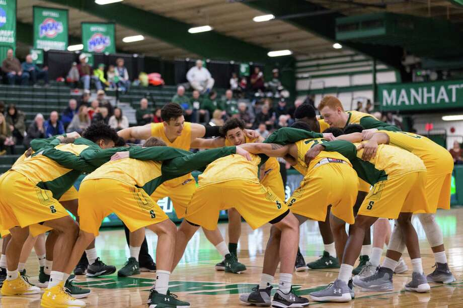 Siena players huddle up before the start of their game against Manhattan on Saturday, Jan. 13, 2018, at Draddy Gymnasium. (Xiaoyang Wu / Manhattan Athletics)