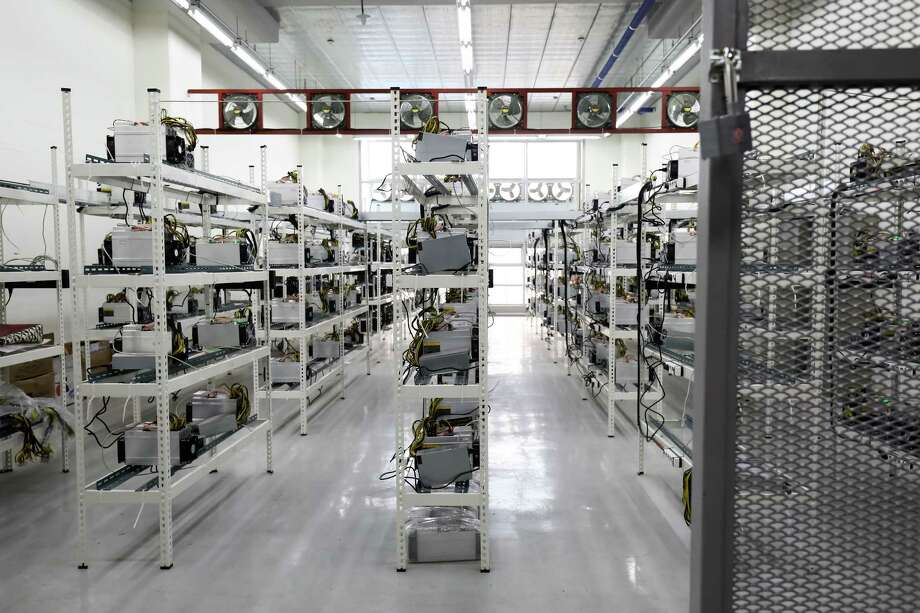 Application-specific integrated circuit (ASIC) devices and power units sit on shelves at a cryptocurrency mining facility in Incheon, South Korea, on Dec. 15, 2017. Photo: Bloomberg Photo By SeongJoon Cho. / © 2017 Bloomberg Finance LP