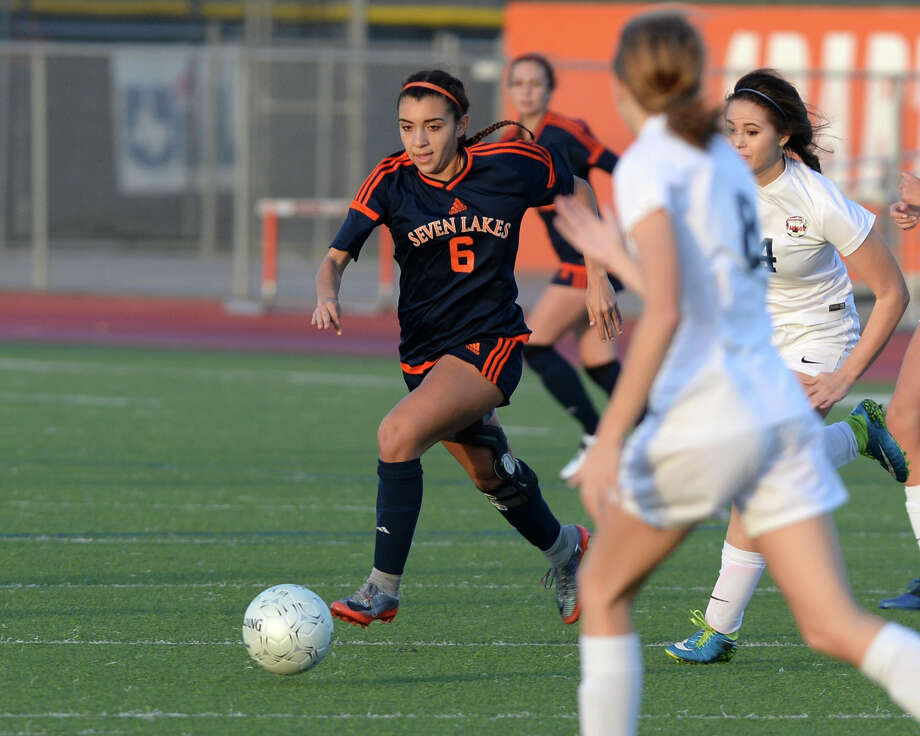 Gaby Padilla (6) of Seven Lakes dribbles during the second half of a girls soccer pool game in the I-10 Shootout between the Seven Lakes Spartans and the Dawson Eagles on Thursday January 11, 2018 at Seven Lakes HS, Katy, TX. Photo: Craig Moseley, Staff / ©2016 Houston Chronicle