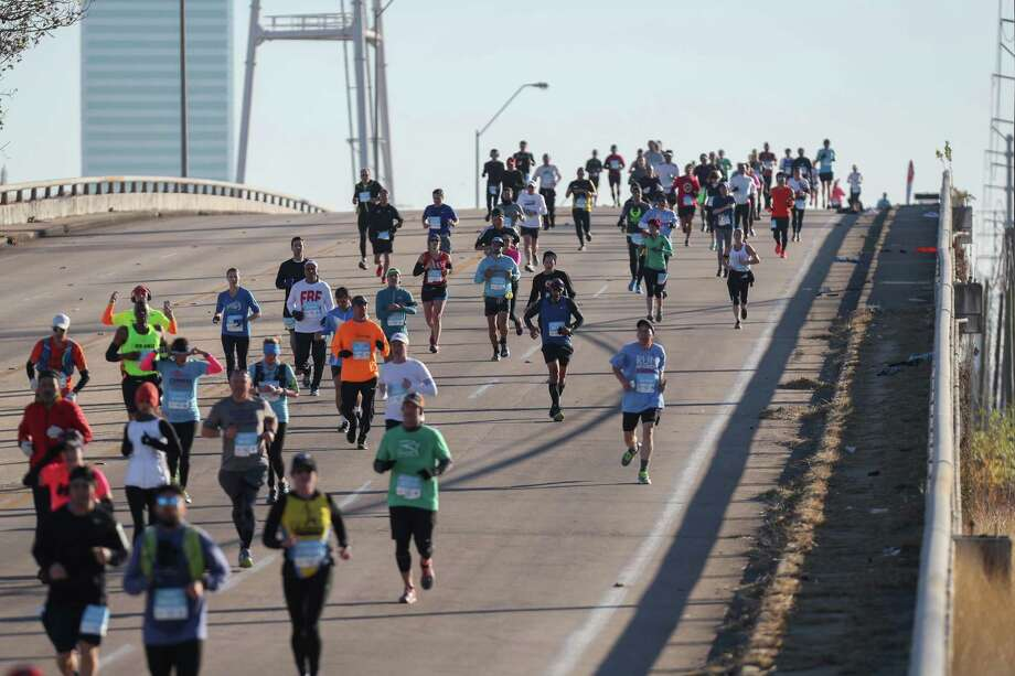 Runners make their way down the Westpark bridge during the 2018 Chevron Houston Marathon Sunday, Jan. 14, 2018, in Houston. Photo: Steve Gonzales, Houston Chronicle / © 2018 Houston Chronicle