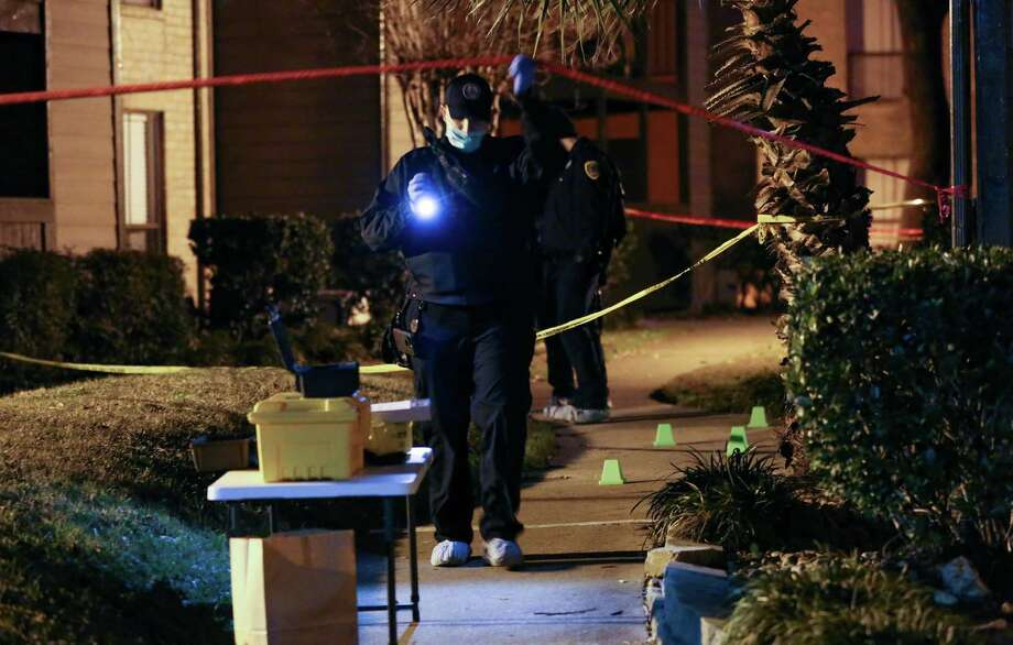 Houston Police officers investigate the scene where a man was stabbed to death at The Hudson Apartment Homes complex Monday, Jan. 15, 2018, in Houston. Photo: Godofredo A. Vasquez, Houston Chronicle