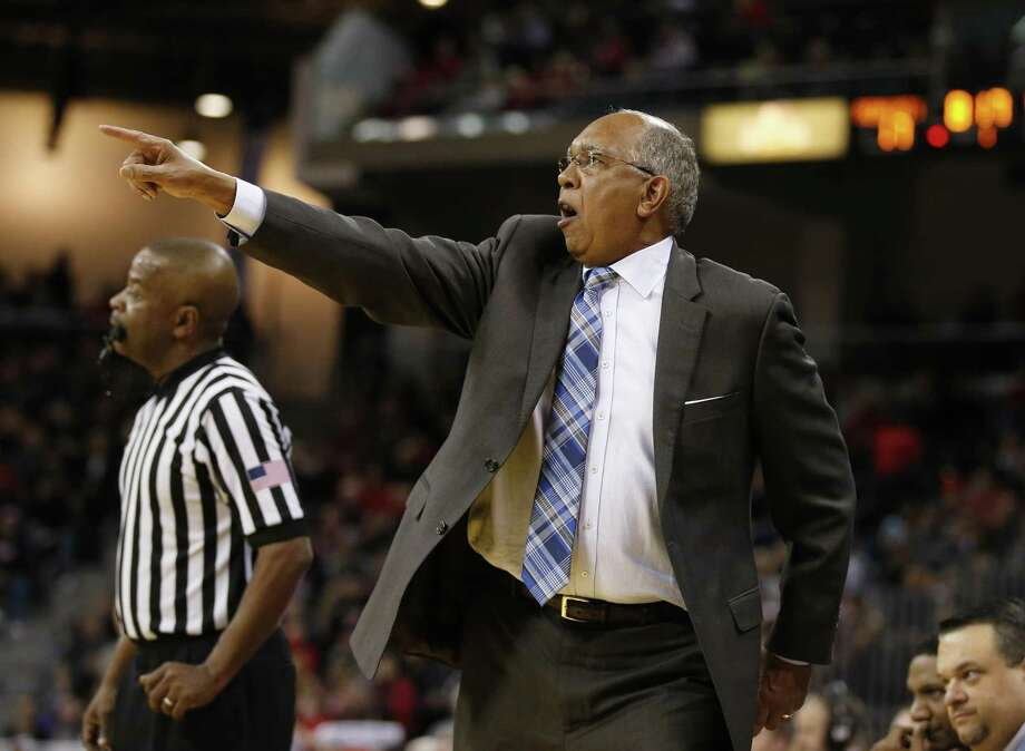 Memphis coach Tubby Smith can relate to Kevin Ollie's experience at UConn. Photo: Gary Landers / Associated Press / Gary Landers