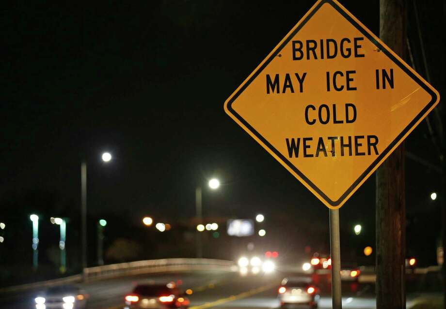 A view of the bridge may ice in cold weather sign on Southeast Military Drive near the San Antonio River Monday Jan. 15, 2018. Photo: Edward A. Ornelas, San Antonio Express-News / © 2018 San Antonio Express-News
