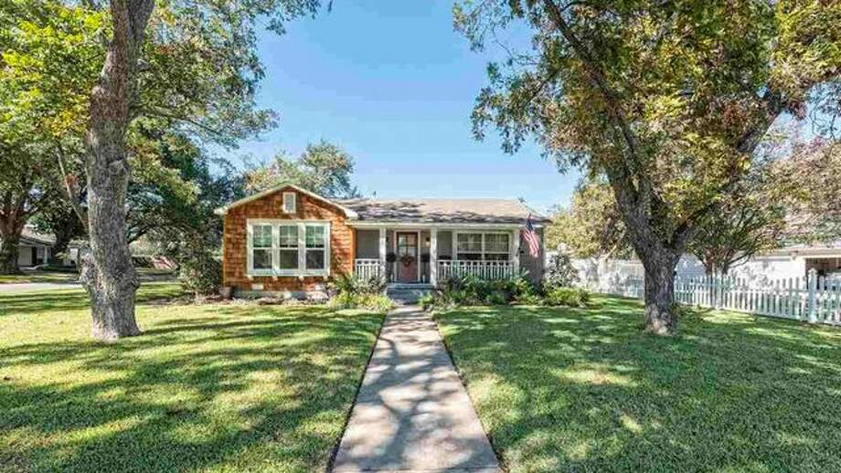 wow a 39 fixer upper 39 home for sale that 39 s cheap a sneak peek inside reveals why midland. Black Bedroom Furniture Sets. Home Design Ideas