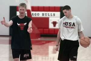 Former Valparaiso basketball star Bryce Drew, right, gets some pointers from Chicago Bulls' Steve Kerr after practice Friday, May 15, 1998 at the Berto Center in Deerfield, Il. Kerr invited Drew to work out with him after hearing that Drew admired his play and hope to emulate Kerr in the pros. (AP Photo/Michael S. Green)  HOUCHRON CAPTION (05/25/1998):  Kerr.