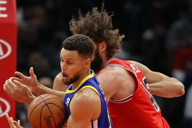CHICAGO, IL - JANUARY 17:  Stephen Curry #30 of the Golden State Warriors takes a rebound away from Robin Lopez #42 of the Chicago Bulls at the United Center on January 17, 2018 in Chicago, Illinois. NOTE TO USER: User expressly acknowledges and agrees that, by downloading and or using this photograph, User is consenting to the terms and conditions of the Getty Images License Agreement.  (Photo by Jonathan Daniel/Getty Images)