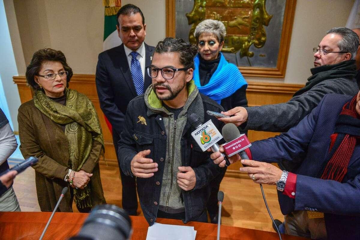 El arquitecto y artista plástico, Alfredo Libre Gutiérrez, durante una conferencia de prensa.