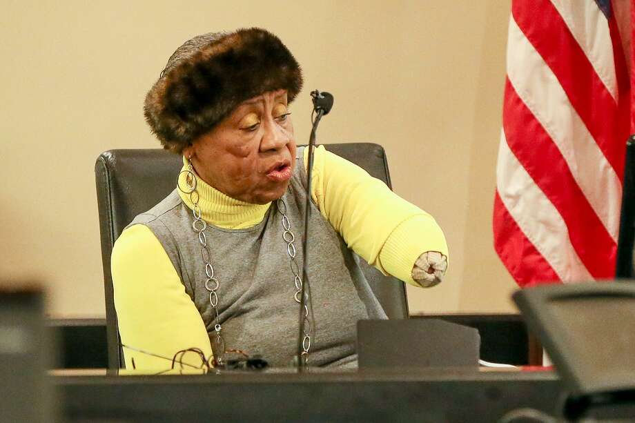 Doris Mixon Smith shows the court where she was attacked while on the stand Friday. Photo: Marvin Pfeiffer /San Antonio Express-News / Express-News 2018