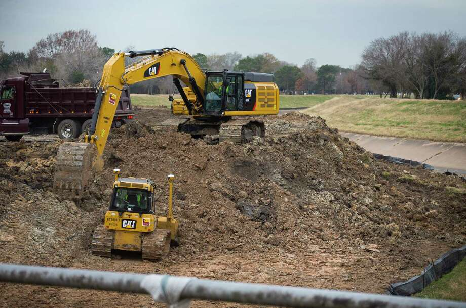 An excavator works on an area along Brays Bayou just outside the 610 Loop in the Meyerland area, Thursday, Jan. 18, 2018, in Houston. ( Mark Mulligan / Houston Chronicle ) Photo: Mark Mulligan, Houston Chronicle / © 2018 Houston Chronicle