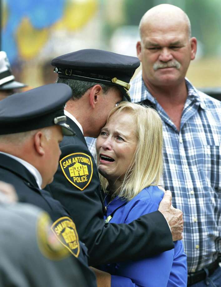 Jane Williams, aunt of Robert Deckard, the San Antonio Police Department officer who died Dec. 20, 2013, is comforted by Police Chief William McManus at a tribute to the department's fallen officers in 2014. Photo: BOB OWEN /San Antonio Express-News / © 2012 San Antonio Express-News