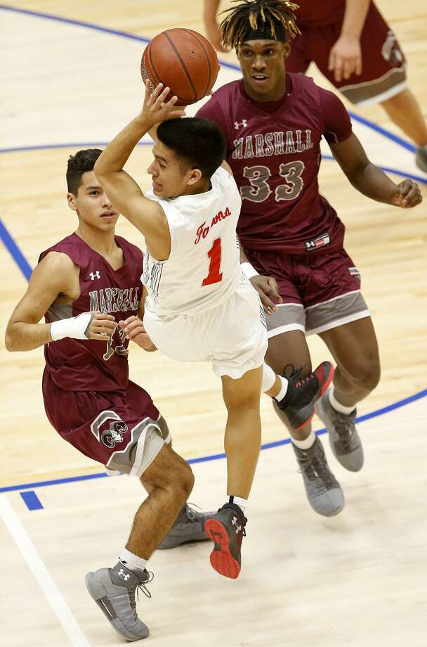 Stevens' Victor Velasquez (center) passes over Marshall's Jayden Garcia (left) and Stanley Lambert during first half action Friday Jan. 19, 2018 at Northside Sports Gym. Photo: Edward A. Ornelas, Staff / San Antonio Express-News / © 2018 San Antonio Express-News