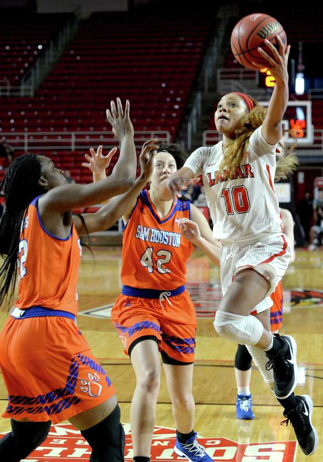 Lamar's Chastadie Barrs finds an opening against Sam Houston State's Anastacia Mickens (left) and Kidra McKinney as she drives to the basket during their match-up at the Montagne Center Saturday. The Lady Cardinals were aiming to continue their winning streak and set a school record. Photo taken Saturday, January 20, 2018 Kim Brent/The Enterprise Photo: Kim Brent, Beaumont Enterprise / BEN