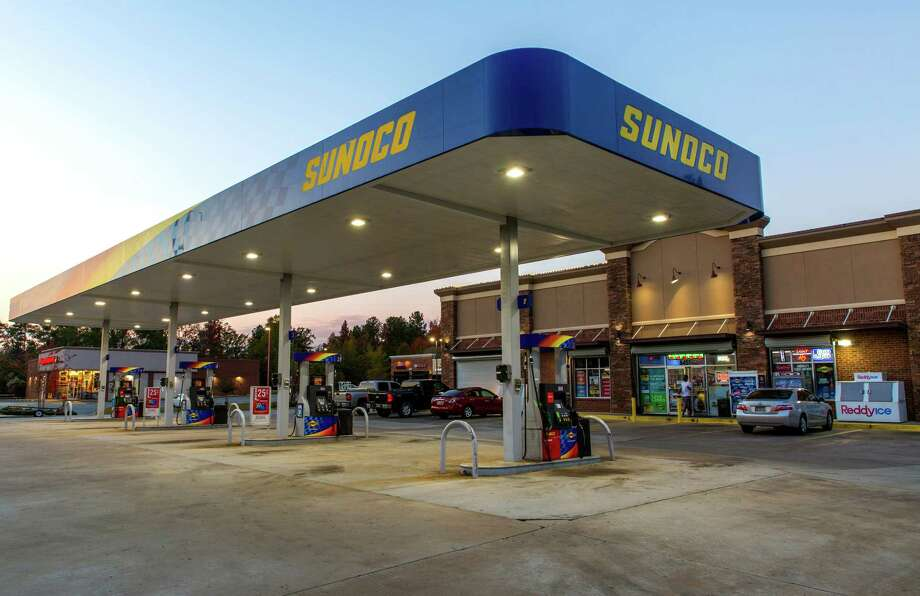 Vehicles parked outside of a convenience store at a Sunoco gas station in Macon, Georgia, on Nov. 5, 2017. Photo: Bloomberg Photo By Matt Odom. / © 2017 Bloomberg Finance LP