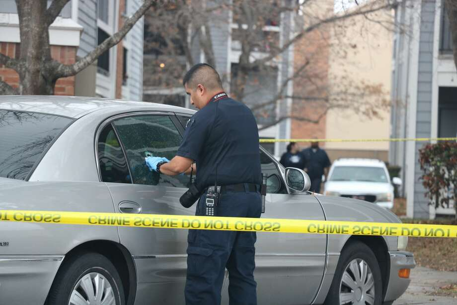 San Antonio police investigate a fatal shooting at a Northeast Side apartment complex Sunday afternoon, Jan. 21, 2018. Photo: By Nicole M. Bautista