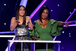 LOS ANGELES, CA - JANUARY 21:  Actors Olivia Munn (L) and Niecy Nash speak onstage during the 24th Annual Screen Actors Guild Awards at The Shrine Auditorium on January 21, 2018 in Los Angeles, California. 27522_013  (Photo by Kevin Winter/Getty Images)