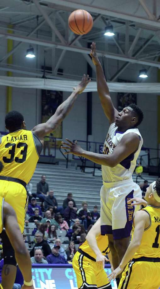 Arkel Lamar, left, of UMBC tries to block the shot by Travis Charles of UAlbany during their game on Sunday, Jan. 21, 2018, in Albany, N.Y.    (Paul Buckowski/Times Union) Photo: PAUL BUCKOWSKI / (Paul Buckowski/Times Union)