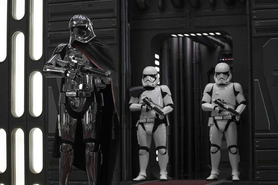 Star Wars: The Last Jedi..Captain Phasma (Gwendoline Christie) and Stormtroopers. Photo: Jonathan Olley / Lucasfilm Ltd. / online_yes