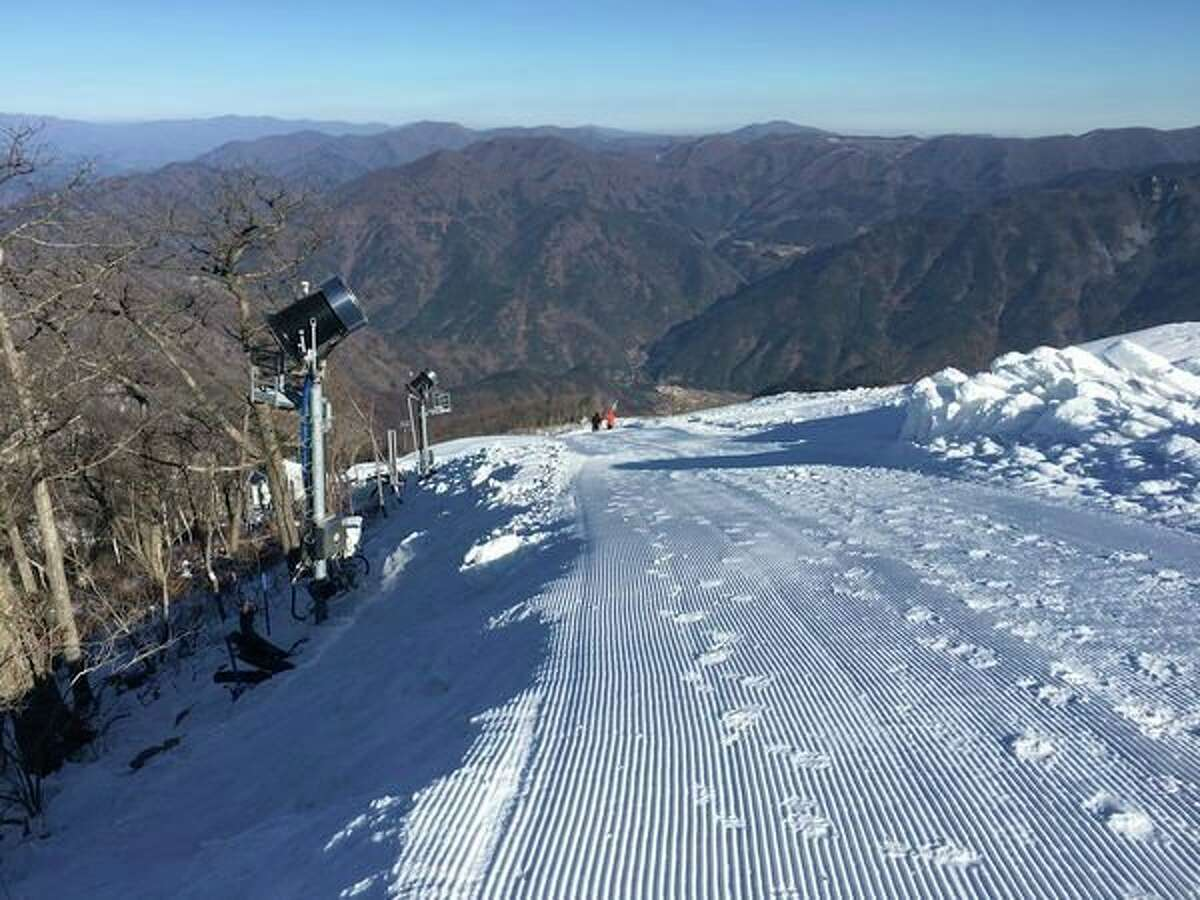(Above) This photo taken in late 2017 shows snowmakingequipmentfrom SMI Snow Makers of Midland at the Jeongseon Alpine Centre, the venue for the 2018 Winter Olympics in South Korea. The lack of snow in surrounding areas in the photoillustrates the indispensability of the snowmaking equipmentto the Olympic competition. (Right) Equipment from SMI Snow Makers in Midland manufactures snow for the Jeongseon Alpine Centre, the site of Alpine skiiing and snowboarding at the 2018 Winter Olympics in South Korea. (Photos provided by SMI Snow Makers)