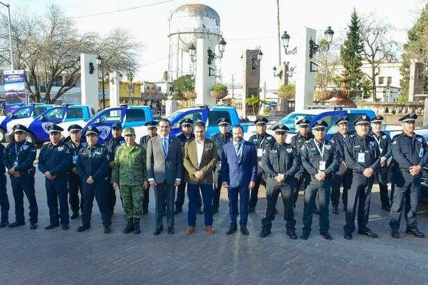 El Presidente de Nuevo Laredo Enrique Rivas, sexto de izquieda, posa junto elementos de tránsito frente a las seis unidades de tránsito que entregó a la dependencia. La inversión fue superior a los 3 millones de pesos.