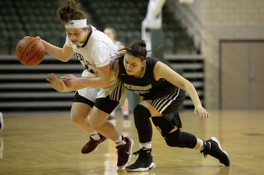 Lee's Jaisa Morris (4) dribbles against Permian's Klarissa Cruz (15) on Jan. 23, 2018, at Chaparral Center. James Durbin/Reporter-Telegram Photo: James Durbin