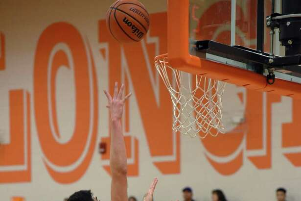 Elian Hernandez and United outscored Eliud Gonzalez and United South 22-14 in the fourth quarter Tuesday pulling away for a 57-52 victory.