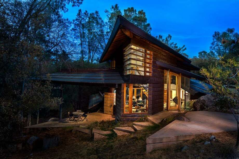 A three-bedroom, two-bathroom home outside Yosemite National Park is on the market for $590,000. Photo: David Swan